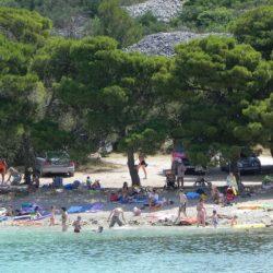Kristalno čista voda, veliko borovih dreves s senco na plaži, ter mirna okolica so idealna Podvrške plaža. Na tej plaži boste zares uživali.